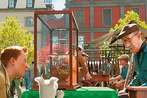 Une des scènes d'ouverture du film : Tintin découvrant la maquette de La Licorne sur le marché aux puces de Bruxelles. Le brocanteur, quoique fidèle au personnage de Hergé, ressemble étrangement à Steven Spielberg.... (2010 Columbia Pictures Industries, Inc. and Paramount Pictures)