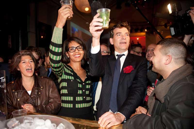 <b>Montebourg qui rit</b> - Il est désormais le troisième homme. Arnaud Montebourg, 48 ans, a fait mentir les sondages en obtenant 17% des voix, derrière les favoris François Hollande et Martine Aubry, reléguant à la quatrième place l'ancienne candidate en 2007, Ségolène Royal. Son score va lui permettre de peser lourd dans le deuxième tour dont il a désormais une partie des clefs. Il a célébré sa victoire, avec des militants et sa compagne Audrey Pulvar dans un bar parisien.