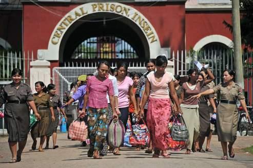 Des détenues libérées sortent d'une prison de Rangoun.