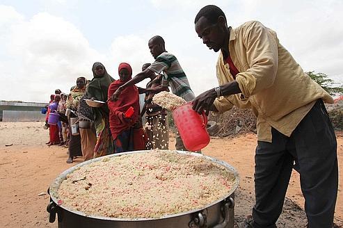 Des humanitaires distribuent de la nourrture à des réfugiés en Somalie en septembre dernier.