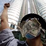 Un manifestant devant la Bourse de Hong-Kong.