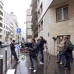 Des journalistes et des photographes devant la clinique de la Muette.