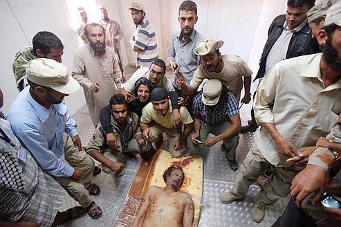 Les visiteurs se réjouissaient autour du corps de Mouammar Kadhafi, hier à Misrata.