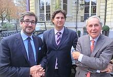 Matthieu Lamoure, Pierre Novikoff, et Me Hervé Poulain, l'équipe de Artcurial, devant une des cinq modèles de Deaunay Belleville existant. La voiture aurait du appartenir au tsar Nicolas II.