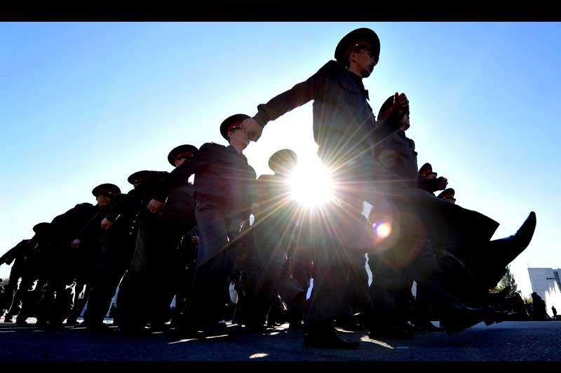 <b>Préparatifs</b>. Au Kirghizstan, les soldats, membres des forces spéciales de ministère de la défense, sont en répétition générale et défilent dans le centre de la capitale, Bishkek. Et pour cause : c'est dimanche prochain, le 30 octobre, que se tiendront les élections présidentielles. Près de 27.000 bureaux de vote seront ouverts dans tout le pays pour le scrutin, et quelque 2,8 millions d'électeurs inscrits sont attendus dans les urnes.