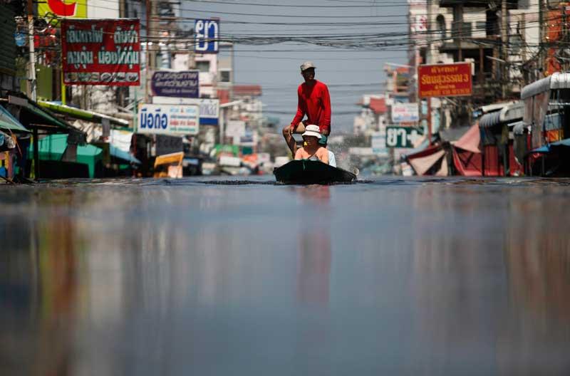 <b>En alerte</b>. Les Thaïlandais restent calmes et tentent de ne pas céder à la panique. Mais la situation reste assez préoccupante pour l'ensemble des habitants du nord-est et de Bangkok. Les autorités ont déclaré trois jours de congés mardi, pour permettre aux douze millions d'habitants de la capitale de faire face aux inondations, au moment où l'aéroport national était gagné par les eaux et abandonné par les compagnies aériennes. Le pouvoir annonçait depuis des jours que le centre-ville de Bangkok sera noyé à son tour par les pires inondations dans le pays depuis des décennies. Mais la perspective de grandes marées imminentes accentue sensiblement ces craintes.