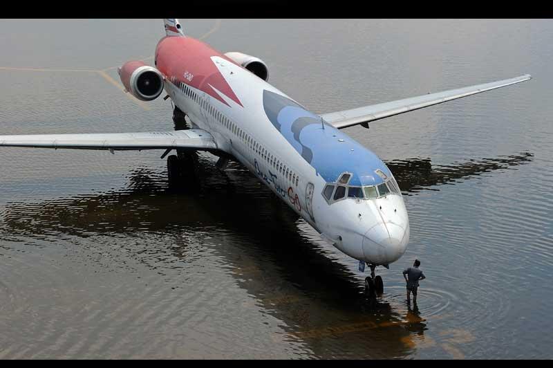 <b>Piste inondable</b>. Cloué au sol dans l'eau qui ne cesse de monter, cet appareil posé sur la piste d'atterrissage de l'aéroport de Bangkok, la capitale thaïlandaise est pris au piège. Les digues protégeant Bangkok menaçaient de rompre jeudi et les habitants, sur recommandation du gouvernement, fuyaient la capitale thaïlandaise vers le sud. Ces inondations sont les plus graves en un demi-siècle en Thaïlande. Provoquées par des pluies de mousson inhabituellement abondantes, elles ont fait au moins 373 morts depuis mi-juillet et affecté près de 2,5 millions de personnes, dont plus de 113.000 vivent dans des abris et 720.000 ont besoin de soins.