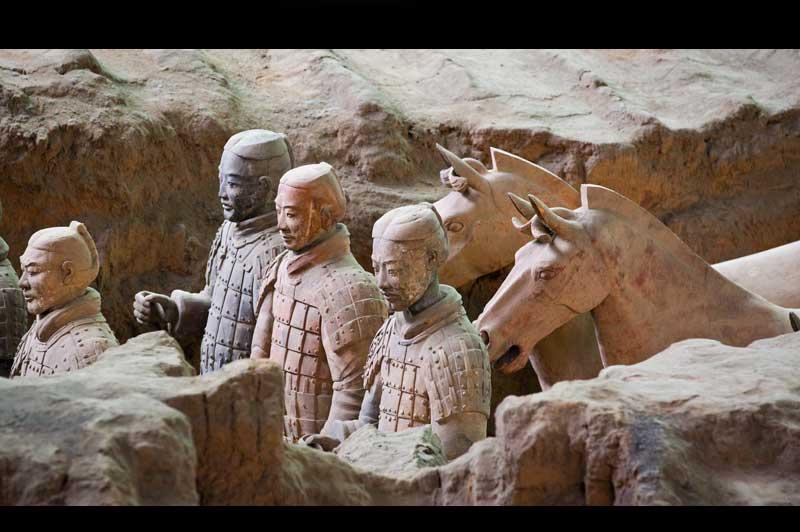 <b>Redécouverts</b>. Après 2200 ans passés sous terre, les statues de l'armée du premier empereur de Chine continuent à monter la garde. Découverte en 1974 seulement, cette armée souterraine a été fabriquée vers 200 av JC. Chaque guerrier est unique. Les fouilles archéologique autour de la tombe impériale ne cessent de se poursuivre et, chaque jour ou presque, apparaissent de nouvelles découvertes. Les experts pensent que 6000 autres statues de terre cuites attendent de retrouver la lumière.