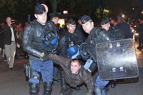 Violences devant le Théâtre de la Ville, place du Châtelet.