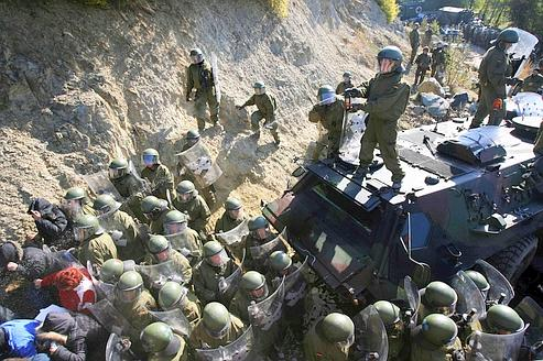 Kosovo : les Serbes lèvent les barricades au compte-gouttes