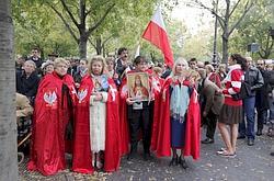 Des intégristes de l'église Saint-Nicolas-du-Chardonnet protestaient, dimanche à Paris, devant le Théâtre de la Ville, place du Châtelet.