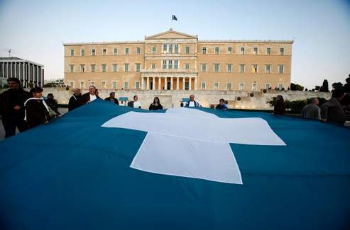 Des manifestants anti-gouvernementaux en face du Parlement grec, ce vendredi après-midi.