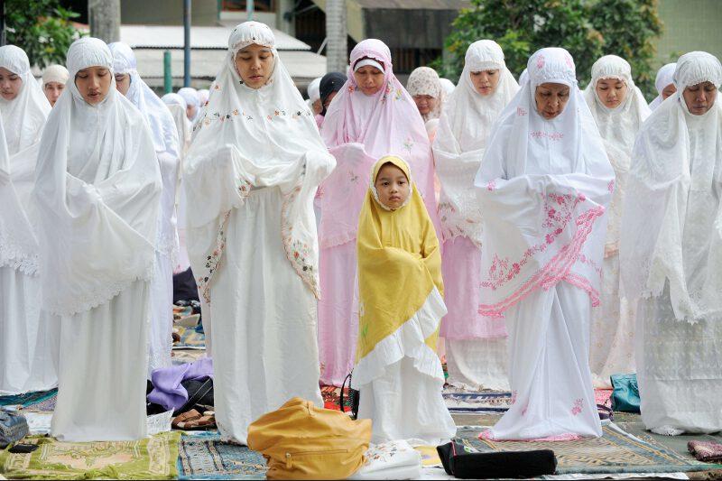 En Indonésie, le pays qui compte le plus de musulmans au monde, la fête de l'Aïd a été marquée par des prières qui ont duré toute la nuit, par le sacrifice rituel de moutons et de vaches, puis par les traditionnels repas de famille. Ici, une prière de femmes à Djakarta, la capitale du pays.