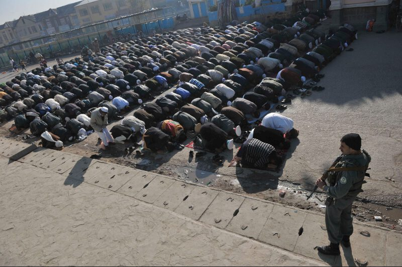En Afghanistan, les célébrations étaient étroitement surveillées. Un kamikaze a tué au moins huit personnes qui rentraient après la prière de l'Aïd dans une mosquée de Baghlan, dans le nord du pays.