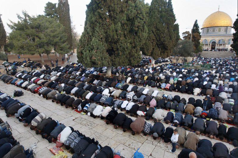 A Jérusalem, plusieurs milliers de musulmans se sont rassemblés aux abords de la mosquée al-Aqsa, sur l'esplanade des mosquées, considérée comme le troisième lieu saint de l'Islam, après La Mecque et Médine, en Arabie saoudite.