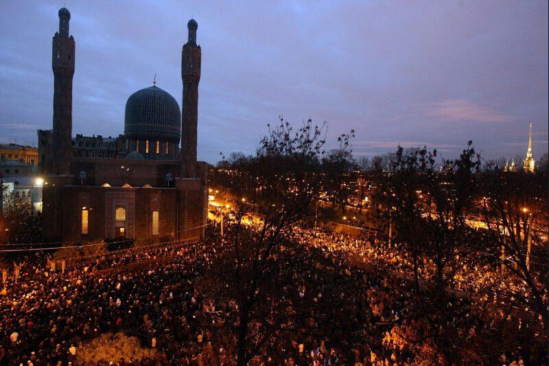 A Saint-Pétersbourg, plusieurs milliers de musulmans se sont rassemblés pour prier à l'extérieur de la grande mosquée de la ville.