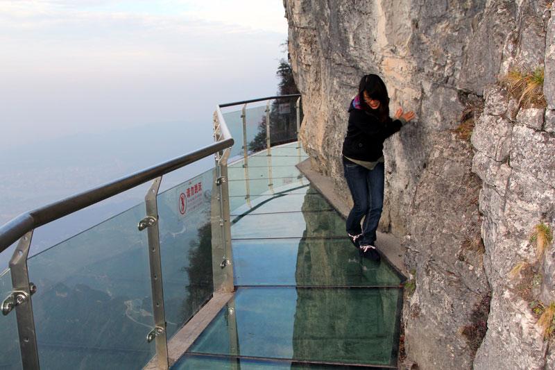 <b>Haute balade</b>. Ce qui est sûr, c'est qu'il ne faut pas avoir le vertige. Se baladant sur un pont de verre, installée à même la paroi rocheuse de la montagne de Tianmen à Zhangjiajie, dans la province de Hunan en Chine, à plus de 1400 mètres au dessus du sol, cette touriste est sans aucun doute une adepte des sensations fortes. L'endroit est fameux pour la beauté de ses paysages constitués de ces hautes colonnes de pierre et pour son célèbre parc forestier national qui forme la région d'intérêt panoramique et historique de Wulingyuan, classée depuis 1992 au patrimoine mondial de l'UNESCO.