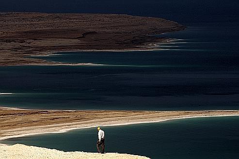L'évaporation menace de faire définitivement mériter son nom à la mer Morte, qui pourrait à moyen terme devenir un désert de sel.