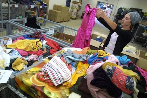 Les associations doivent trouver des solutions pour les vêtements non réutilisables, dont 45% sont recyclés et 15% incinérés ou enfouis.