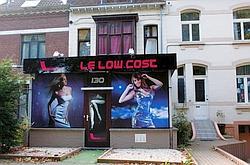Le Smoke Havanas, une des maisons closes de Dodo la Saumure, a été rebaptisé Le Low Cost. L'établissement est attenant à une crèche et situé en face du commissariat. (Crédits photo : Sophie Coste)