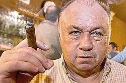 Dominique Alderweireld, dit Dodo la Saumure, pose au Smoke Havanas. Il a été incarcéré en Belgique, avec trois de ses complices. (Crédits photo : Coralie Cardon / Maxppp)