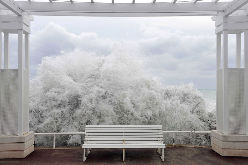 <b>Brise de Nice</b>. Ce cliché est probablement l'un des plus beaux que nous ayons jamais publiés. On croirait un tableau de Magritte, et c'est au «coup de mer» qui a déferlé le 8 novembre sur une partie de la Côte d'Azur que nous le devons. Le décor, naturel, est celui de la Promenade des Anglais, à Nice. La vague est très haute puisqu'elle a déjà traversé la plage, mais son écume se confond ici avec celle des nuages, encadrée par une architecture épurée dont elle ne franchit pas la barrière, éclaboussant tout d'un camaïeu de blancs qui respire la sérénité. Seul un peintre aurait pu normalement inventer un tel contraste avec la fureur des éléments, mais c'est un photographe qui l'a capturé.