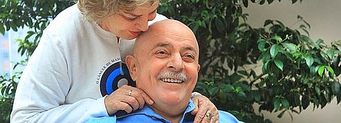 Face à son cancer, Lula se rase ses cheveux