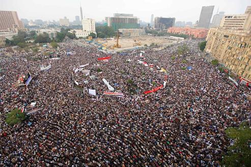 Une foule immense s'est massée hier sur la place Tahrir, au centre du Caire.