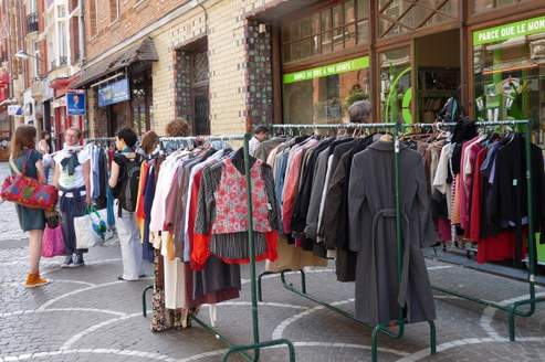Oxfam France a organisé une «journée friperie» dans sa bouquinerie de Lille, en mai 2011, en vue de l'ouverture en fin d'année d'un magasin de vêtements de seconde main dans la ville du Nord. Crédit photo : Oxfam France.