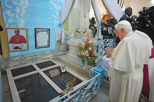 Benoît XVI met en garde les régimes autoritaires africains