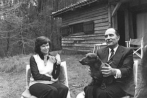 Danielle et François Mitterrand jouent avec leur chien dans le parc de leur propriété de «Latché», près de Soustons, dans les Landes, le 15 avril 1974.