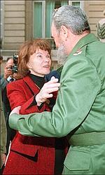 Début 1995, elle saute au cou de Fidel Castro.