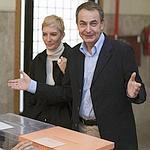Zapatero avec sa femme dans un bureau de vote à Madrid.