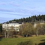 Le lycée est isolé au coeur d'un parc.
