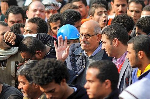 Mohamed ElBaradei, candidat à la présidence égyptienne, vendredi, parmi les manifestants de la place Tahrir, au Caire.