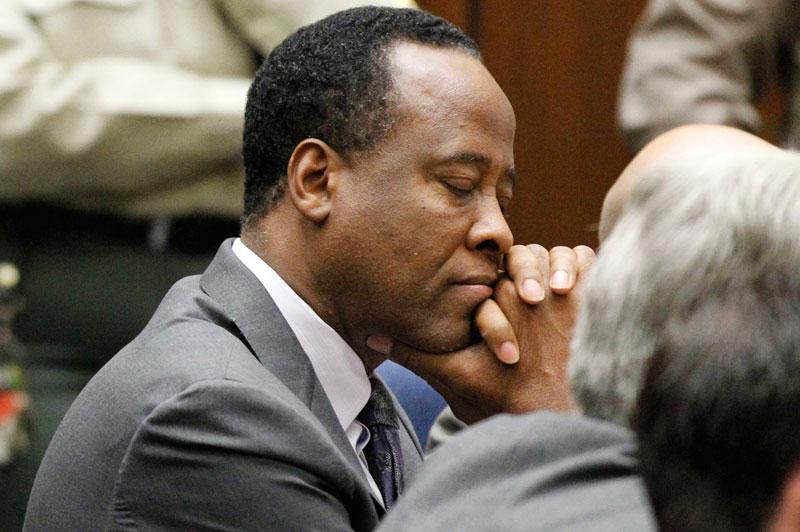 <b>Condamné</b>. Le Dr Conrad Murray est désormais fixé : il devra purger une peine de 4 ans de prison. Reconnu coupable le 7 novembre d'homicide involontaire sur Mickael Jackson, le médecin du «Roi de la pop», décédé en juin 2009 d'une «grave intoxication» au Propofol, un puissant sédatif qu'il utilisait comme somnifère, a vu sa peine fixée lors d'une nouvelle audience ce mardi à Los Angeles. Le Dr Murray a menti à plusieurs reprises, il s'est engagé dans un comportement malhonnête et a fait tout son possible pour couvrir ses transgressions. Il a violé la confiance de la communauté médicale et de son patient. Il n'a fait preuve d'absolument aucun remords, d'absolument aucun sens de l'erreur, il est et demeure dangereux», a déclaré le juge Michael Pastor, dans sa déclaration expliquant la peine.