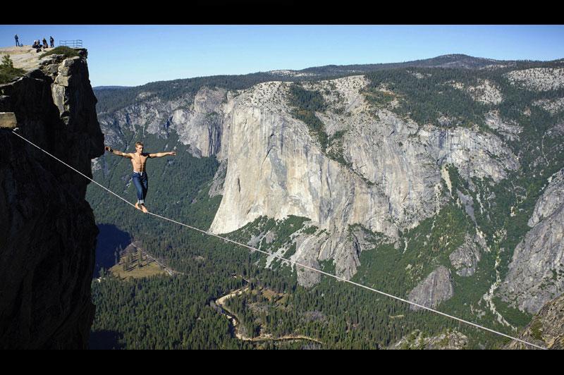 <b>À un fil</b>. Michael Kemeter n'a peur de rien. Et il était près à tout pour relever le défi, même à mettre sa vie en péril. Alors, cet américain de 23 ans a traversé, sur une corde de 25 mètres de long, deux points d'une gorge d'une montagne à plus de mille mètres d'altitude, au Parc national de Yosemite en Californie. Ce cascadeur fou s'est lancé sur la corde raide torse nu et surtout pieds nus mais toutes les précautions avaient été prises pour que tout se passe au mieux. Le funambule avait attendu que les touristes curieux s'en aillent pour se lancer dans les airs en toute concentration.
