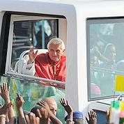 Le pape poursuivi pour non port de la ceinture