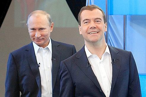 Le couple Poutine-Medvedev en campagne d'adulation