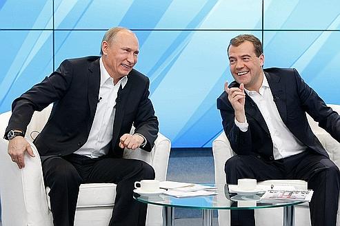 Vladimir Poutine et Dmitri Medvedev, jeudi à Moscou, lors de leur rencontre avec deux cents partisans