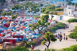 L'un des 200 camps improvisés par les déplacés 350.000 à Mogadiscio chassés des campagnes par la guerre et la famine. (Noël Quidu/Le Figaro Magazine)
