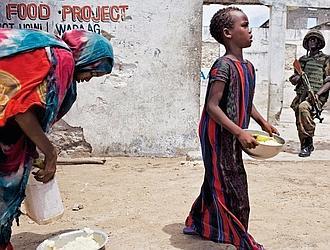 Même la distribution de nourriture du PAM (Programme alimentaire mondial) doit se faire sous protection militaire. (Noël Quidu/Le Figaro Magazine)