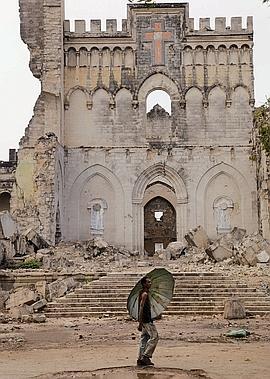 La cathédrale italienne, pulvérisée à l'explosif. (Noël Quidu/Le Figaro Magazine)