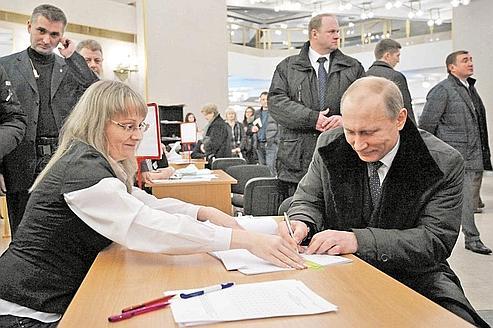 Vladimir Poutine, qui dirige le partie Russie unie, a voté dans la capitale, dimanche. (Crédits photo: AFP)