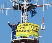 Un des militants de Greenpeace atteint le mât du Clémenceau à Toulon.