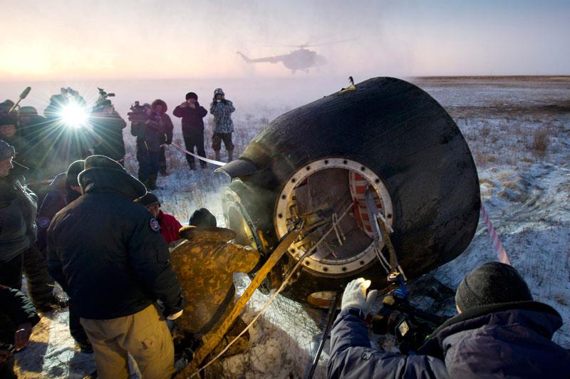 <b>Back in the USSR</b>. C'est une image qui semble dater des années 60. Comme un brusque retour au temps des pionniers de la conquête spatiale. Pourtant, nous sommes le 22 novembre 2011, quelque part dans les steppes du Kazakhstan. L'Américain Mike Fossum, le Japonais Satoshi Furukawa et le Russe Sergueï Volkov, qui ont passé près de six mois en orbite à bord de la Station spatiale internationale (ISS), viennent de toucher terre. Il est 02 h 26 GMT. Sous les regards des caméramen et des photographes, les techniciens de l'Agence spaciale russe vérifient une dernière fois leur étroit habitacle. C'est le premier retour d'astronautes sur Terre depuis que la Nasa a cloué au sol ses navettes spatiales. Une vraie prouesse.