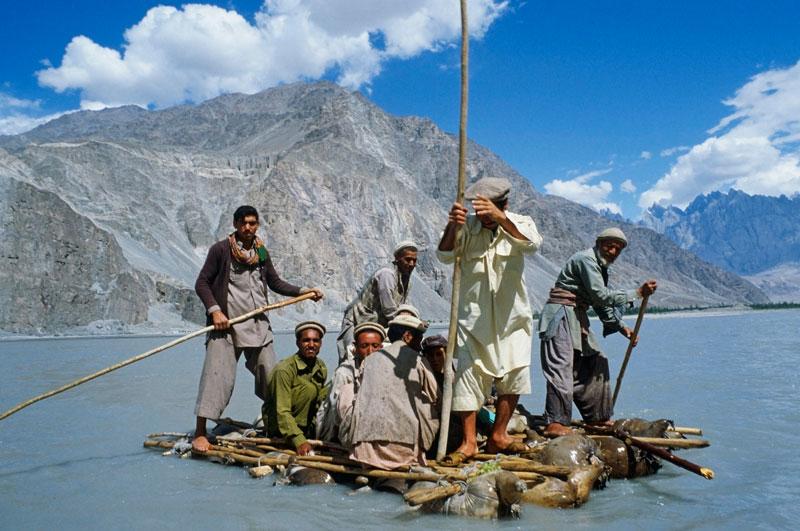 <b>Le radeau de la rivière Shyok</b>. Pour traverser la rivière Shyok, un affluent de l'Indus qui irrigue les hauts paysages du Pakistan, entre le Ladakh en amont et la vallée de Gilgit en aval, le radeau reste l'un des meilleurs moyens de transport. Peu de ponts, en effet, enjambent cette large rivière alimentée par la fonte des glaciers himalayens. Il y a bien quelques passerelles de cordes et un ou deux passages à gué bétonnés, par lesquels transitent les militaires, mais les habitants sont habitués à utiliser des moyens de fortune pour aller de vallée en vallée, comme leurs ancêtres l'ont fait avant eux. Un court voyage périlleux sur des eaux souvent tumultueuses et glacées, à plus de 5000 mètres d'altitude.