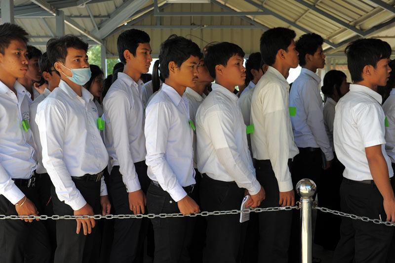 <b>Interrogés</b>. C'est un grand moment d'émotion. Alors que des dizaines d'étudiants attendent l'ouverture de la salle d'audience de Phnom Penh, le procès des trois anciens plus hauts dirigeants khmers rouges encore en vie se poursuit avec leurs interrogatoires, devant les Chambres extraordinaires au sein des Tribunaux cambodgiens, un tribunal soutenu par les Nations unies. Tous sont accusés de crimes contre l'humanité, crimes de guerre et génocide, coûtant la vie de 1,7 million de personnes entre 1975 et 1979. Pour gagner du temps, ce procès est fractionné en procédures distinctes selon les chefs d'accusation afin d'accélérer les choses. Le tribunal a en effet été accusé de lenteur, et nombreux sont ceux qui craignent que les prévenus meurent avant qu'un verdict ne soit prononcé.