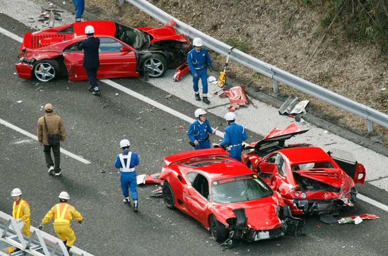 <b>Coûteux</b>. Le week-end a coûté cher. Trois millions de dollars, c'est le montant d'un carambolage géant de 14 voitures sport de luxe, survenu ce dimanche au Japon. Certainement l'accident de circulation le plus cher de l'histoire ! Au total, la collision aurait impliqué huit Ferrari dont deux F430, deux F360 Modena, deux F355 et une Testarossa blanche, une Lamborghini Diablo, trois Mercedes, une Nissan GT-R et une Toyota Prius hybrid. Selon la police, l'accident se serait produit quand le conducteur d'une des Ferrari aurait souhaité changer de voie, dérapé et heurté la ligne médiane. La voiture se serait mise, alors, en travers de la route, causant ainsi la collision. Les conducteurs, légèrement blessés et brûlés, ont pu être rescapés et accompagnés à l'hôpital mais leurs vies ne sont pas en danger. L'autoroute a dû être fermée pendant 6 heures pour nettoyer les dégâts.
