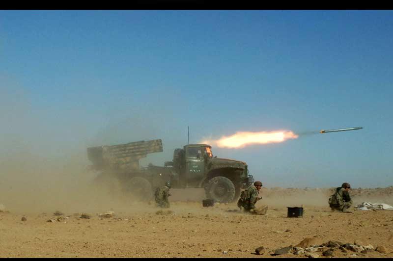 <b>Testés</b>. Les forces armées syriennes se sont livrées dimanche à des «exercices pratiques» à armes réelles, au cours de manœuvres simulant une situation de combat, dans le but de tester leur armement balistique en cas d'attaque étrangère. Le ministre syrien de la Défense, Dawoud Rajiha, a souligné que les forces armées du pays, sous la direction du président Bachar al-Assad, resteraient toujours fidèles à la patrie et défendraient les intérêts du peuple. Il a par ailleurs exhorté les forces armées à rester en alerte maximale et paré à mener à bien toute mission qui pourrait leur être confiée. Ces exercices interviennent alors que la Syrie traverse une des périodes les plus critiques de son histoire, soumise à des pressions internationales sans précédent et secouée par des mois d'agitation interne.